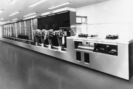 Harvard Mark I, o primeiro computador digital automático de larga escala desenvolvido nos EUA.